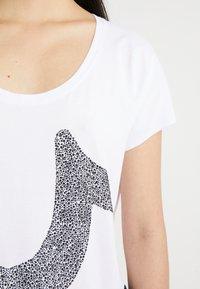 True Religion - CRYSTAL TEE - Print T-shirt - white - 5