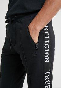 True Religion - CONTRAST PANT - Teplákové kalhoty - black - 5