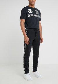 True Religion - CONTRAST PANT - Teplákové kalhoty - black - 0
