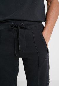 True Religion - CONTRAST PANT - Teplákové kalhoty - black - 3