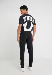 True Religion - CONTRAST PANT - Teplákové kalhoty - black - 2