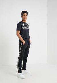 True Religion - CONTRAST PANT - Teplákové kalhoty - black - 1