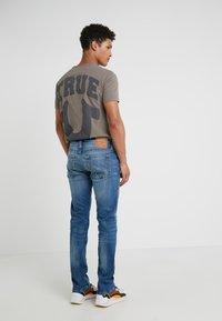 True Religion - ROCCO SUPER - Džíny Slim Fit - blue denim - 2