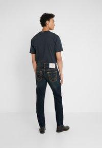 True Religion - ROCCO NO FLAP SUPER  - Jeans straight leg - dark blue denimn - 2