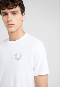 True Religion - SEASONAL PUFF TEE - T-shirt med print - white - 3