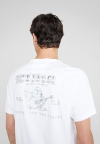 True Religion - SEASONAL PUFF TEE - T-shirt med print - white - 6