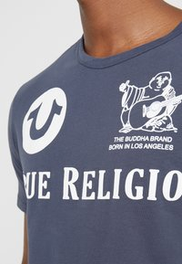 True Religion - CREW - T-shirts med print - dress blue - 5