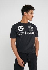 True Religion - CREW - Triko spotiskem - black - 0