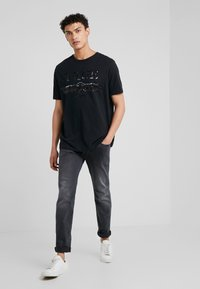 True Religion - TRUCCI EMBROYDERY - T-shirts med print - black - 1