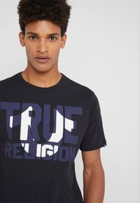 True Religion - CREW BLOCK - Triko s potiskem - black - 4