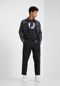 True Religion - CREW BLOCK - Triko s potiskem - black - 1