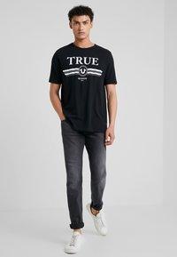 True Religion - BASIC TRUCCI - Triko spotiskem - black - 1