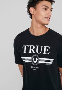 True Religion - BASIC TRUCCI - Triko spotiskem - black - 3