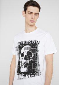 True Religion - EMBELLISHED SKULL TEE - Triko spotiskem - white - 3