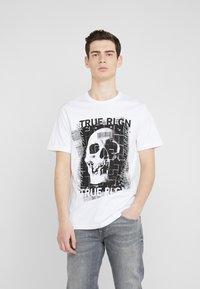 True Religion - EMBELLISHED SKULL TEE - Triko spotiskem - white - 0
