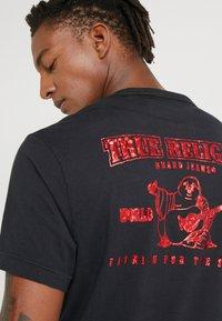 True Religion - FOIL BUDDHA TEE BLACK - Triko spotiskem - black/red - 3