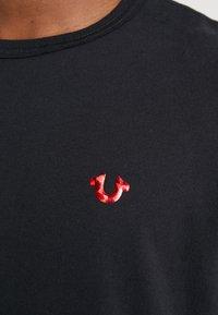 True Religion - FOIL BUDDHA TEE BLACK - Triko spotiskem - black/red - 6