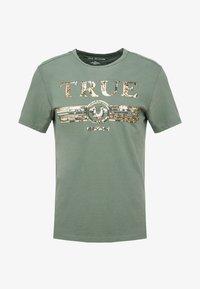 True Religion - CREW SEQUIN THYME - Triko spotiskem - khaki - 4