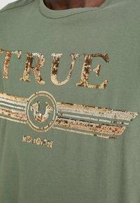 True Religion - CREW SEQUIN THYME - Triko spotiskem - khaki - 5