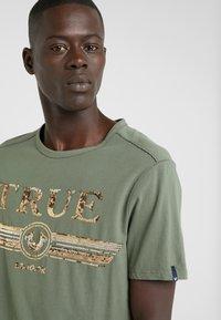 True Religion - CREW SEQUIN THYME - Triko spotiskem - khaki - 3