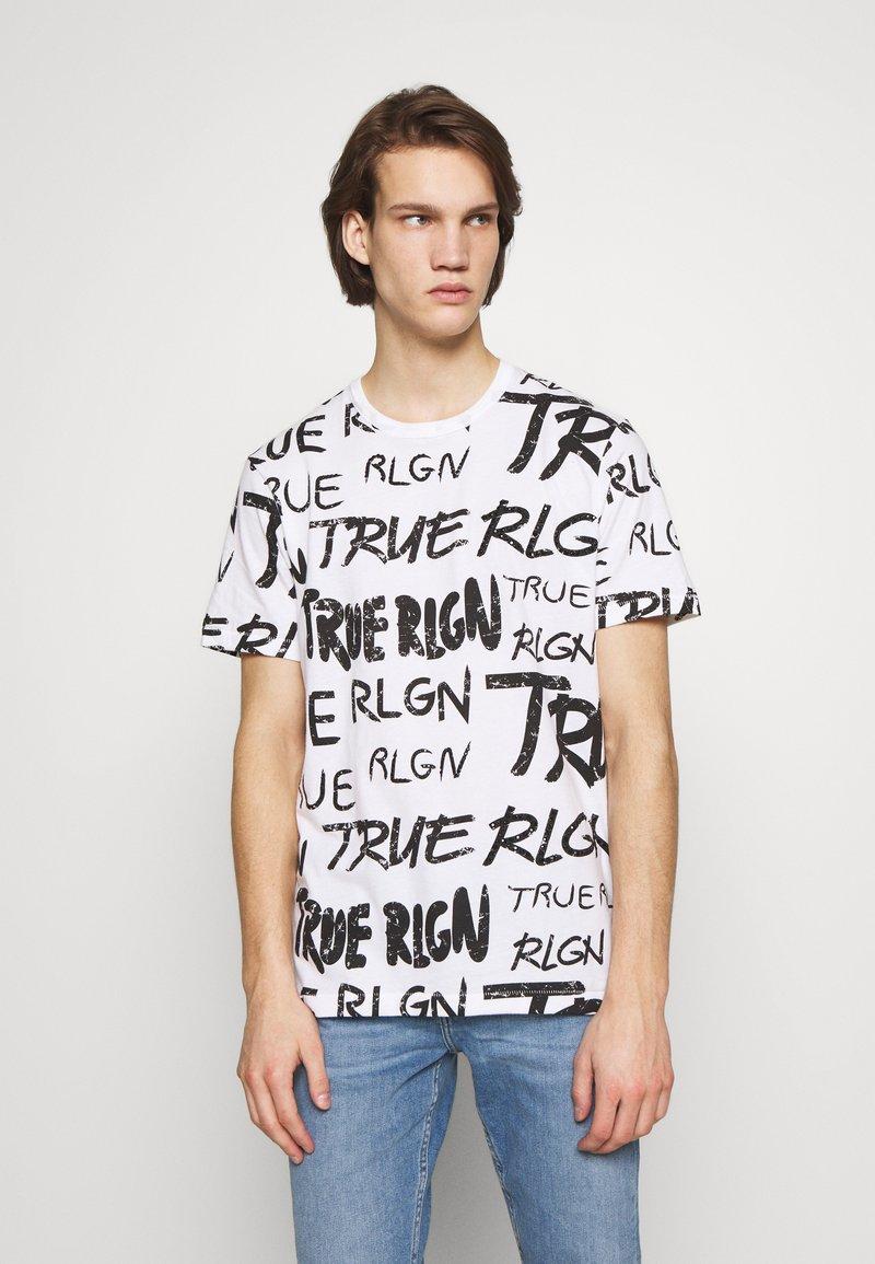 True Religion - ALL OVER BRANDED TEE WHITE - Triko spotiskem - white