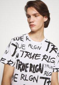 True Religion - ALL OVER BRANDED TEE WHITE - Triko spotiskem - white - 4