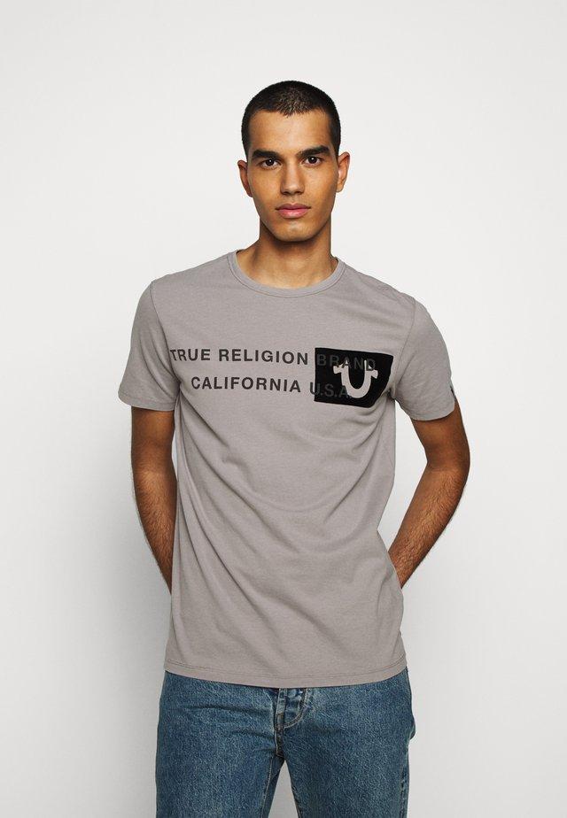 CREW BRAND HORSESHOE - T-shirt med print - grey