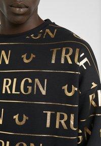 True Religion - CREW ALLOVER  - Sudadera - black/gold - 4
