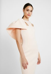 True Violet - LABEL CUT OUT NECK DRESS - Společenské šaty - peach - 5