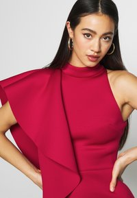 True Violet - TRUE VIOLEY MIDI BODYCON WITH DRAPING SHOULDER FRILL DETAIL - Cocktail dress / Party dress - cherry - 4