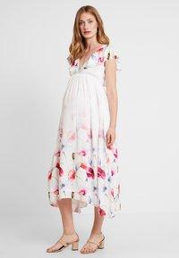 True Violet Maternity - TRUE HI LOW MIDAXI DRESS WITH FRILLS - Maxi šaty - ombre cream - 0