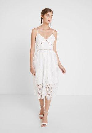 Festklänning - white ladder cutwork