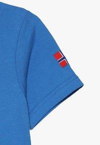 TrollKids - KIDS TROLL - Print T-shirt - medium blue/red - 3