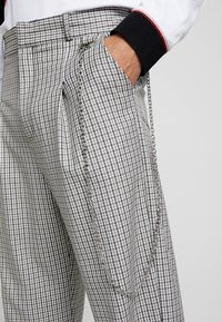 The Ragged Priest - TWEED TROUSERS WITH CHAIN - Pantalon classique - tan/grey - 3