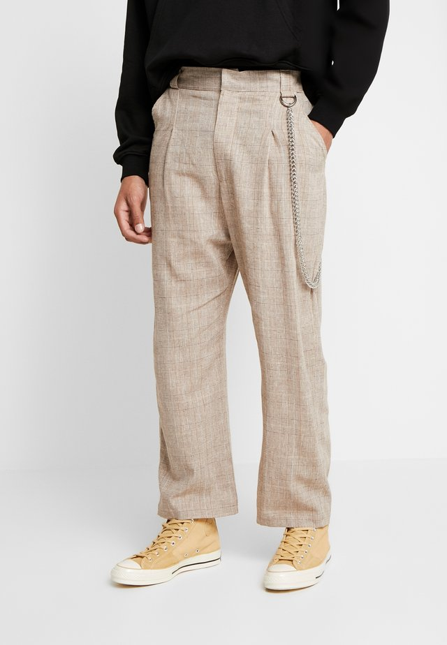 TROUSERS IN BIRGHT  - Stoffhose - brown
