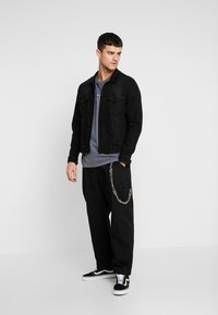 The Ragged Priest - PLEATED TROUSERS WITH KEY CHAIN - Pantaloni - black - 1