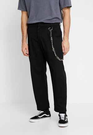 PLEATED TROUSERS WITH KEY CHAIN - Bukser - black