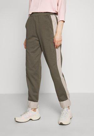 HAKI - Pantalones deportivos - khaki