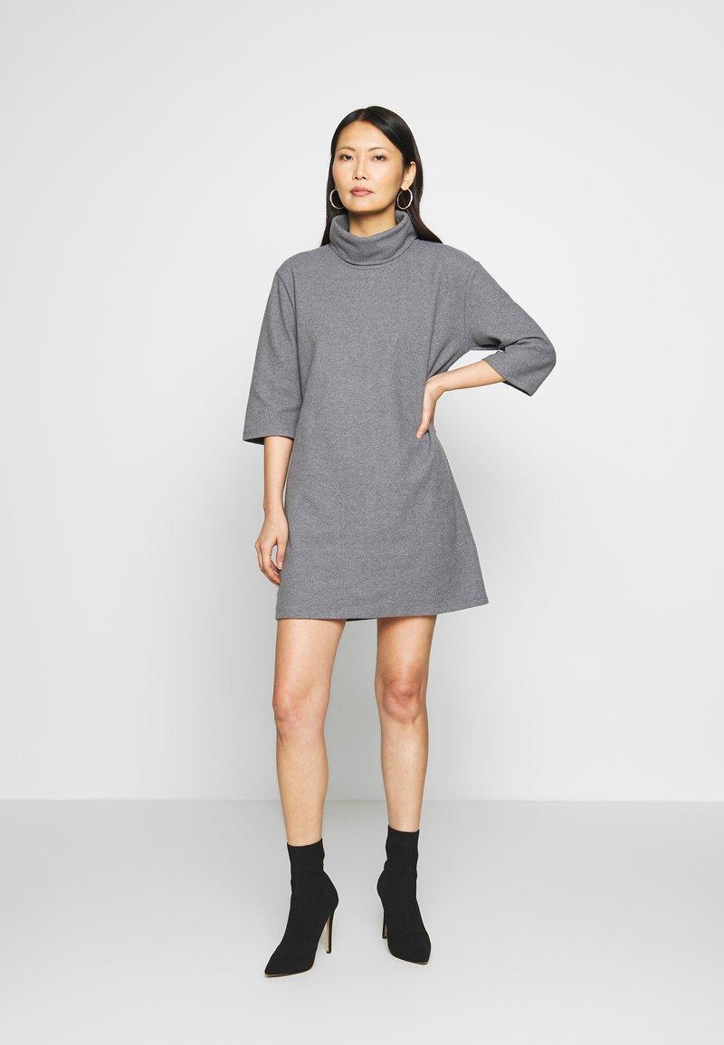 Trendyol - SIYAH - Gebreide jurk - gray