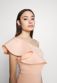 True Violet Petite - ONE SHOULDER FRILL PENCIL MIDI DRESS - Cocktailkjole - peach - 3