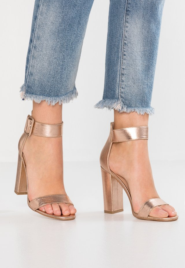 Sandały na obcasie - rosegold