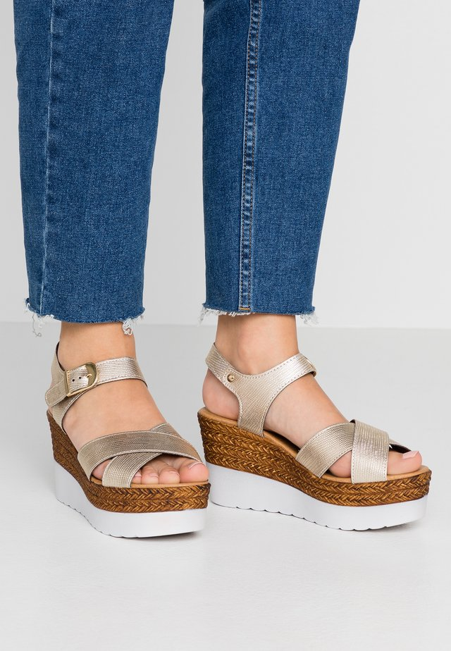 Sandały na platformie - gold