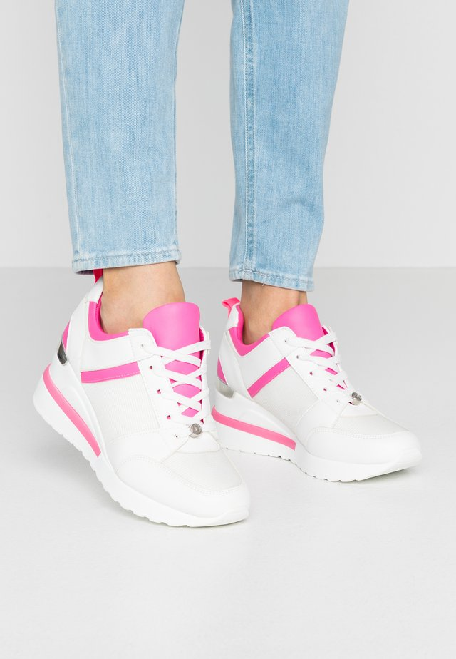 Sneakers - fuxia
