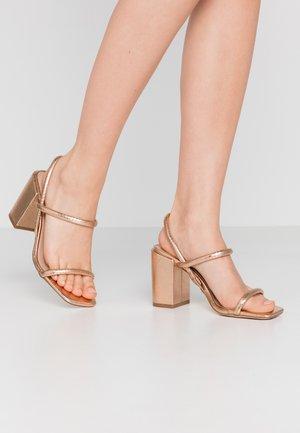 Sandaler med høye hæler - rose gold