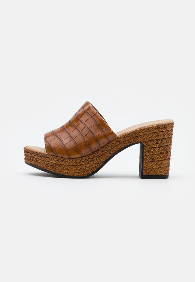 Heeled mules - brown