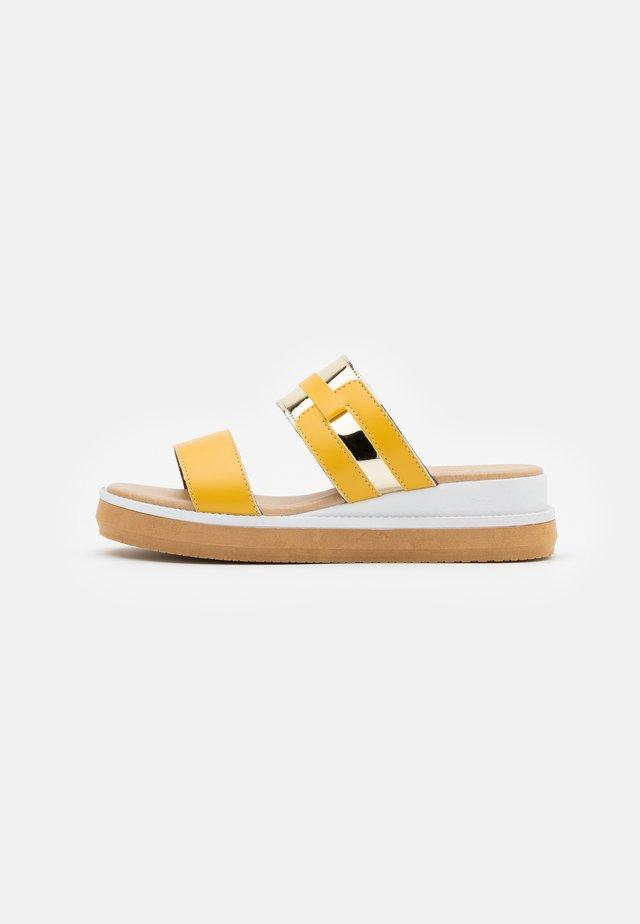 Sandaler - senape/platino