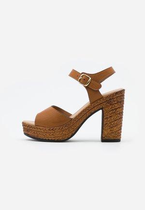 Sandaler med høye hæler - brown