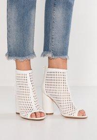 Tata Italia - Kotníková obuv na vysokém podpatku - white - 0