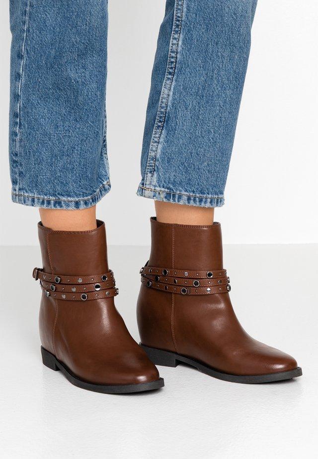 Kotníkové boty na klínu - brown