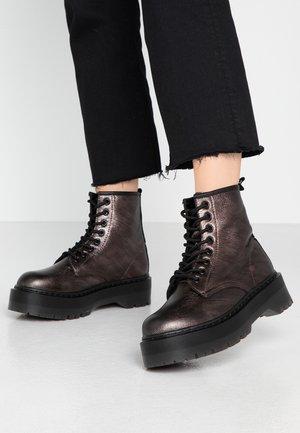 Kotníkové boty na platformě - silver